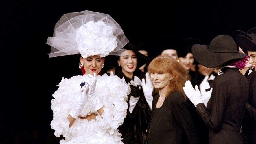 Sonia Rykiel avec ses mannequins lors d'un défilé de mode, le 22 mars 1987 à Paris