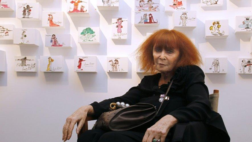 La couturière Sonia Rykiel pose le 3 juin 2010 à Paris, avant l'ouverture d'une exposition consacrée à ses croquis de mode