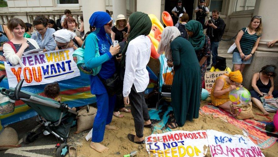 Manifestation devant l'ambassade de France à Londres contre l'interdiction du burkini sur les plages de l'Hexagone, le 25 août 2016