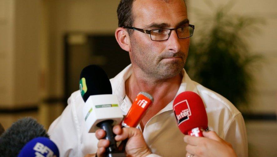 Sébastien Amand (qui n'est pas apparenté au médiateur, ndlr), vice-président de l'organisation de producteurs de lait de la Manche, s'adresse aux journalistes à l'issue des négociations, dans la nuit du 25 au 26 août 2016 à Paris