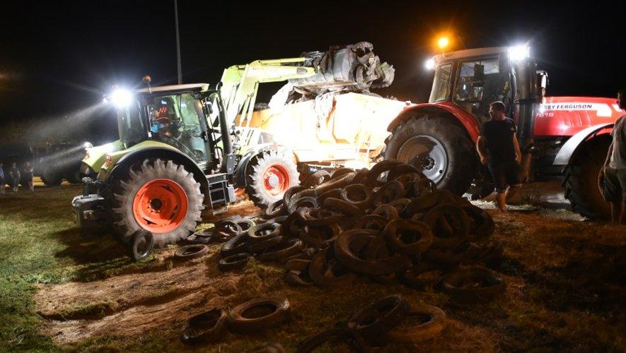 Des éleveurs bloquent l'accès aux locaux de Lactalis à Changé, en Mayenne, dans la nuit du 25 au 26 août 2016