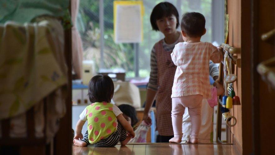 Des jeunes enfants dans une crèche à Tokyo, le  29 juin 2016