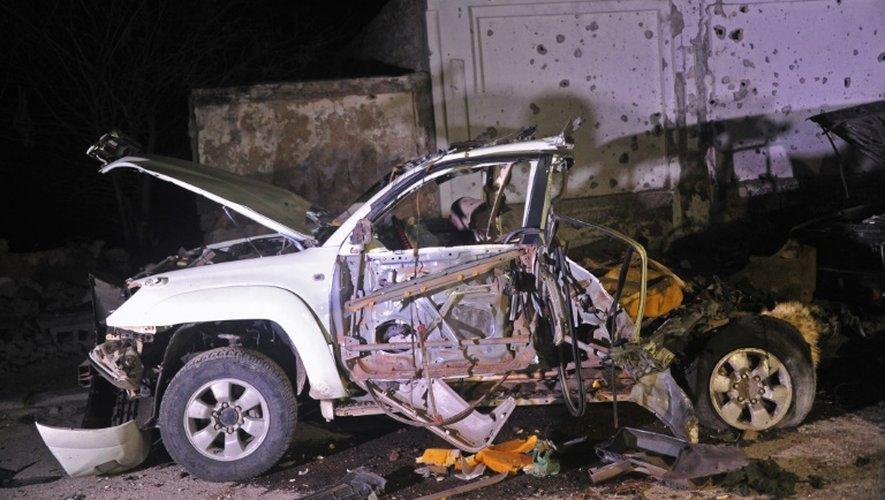 La carcasse d'une voiture après une explosion face à un restaurant de plage à Mogadiscio, le 25 août 2016