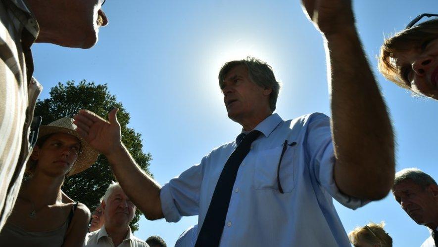 Le ministre de l'Agriculture Stephane Le Foll (c) s'entretient avec des agriculteurs, le 27 août 2016, à Mareil-en-Champagne (nord-ouest)