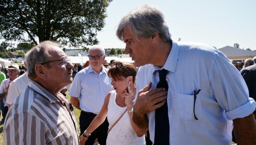 Le ministre de l'Agriculture Stéphane Le Foll (D) s'entretient avec un agriculteur, le 27 août 2016, à Mareil-en-Champagne (nord-ouest)