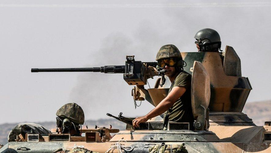 Des soldats turcs dans un tank en route pour la Syrie depuis la ville frontalière turque de Karkamis, le 27 août 2016