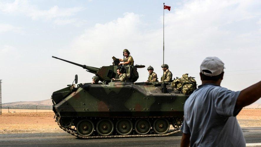Un blindé turc se dirige vers la frontière turco-syrienne et la ville de  Karkamis, le 26 août 2016