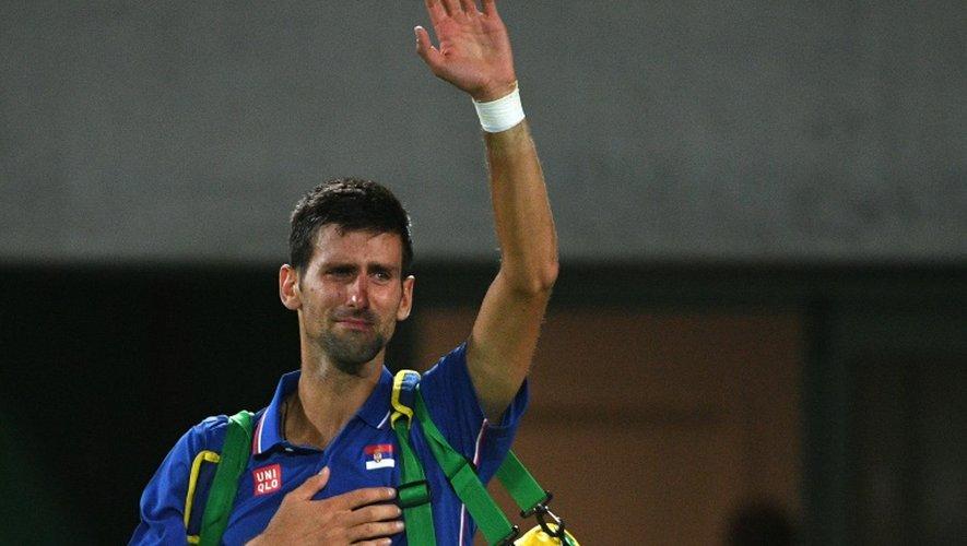 Le Serbe Novak Djokovic, en pleurs, salue le public après son élimination par l'Argentin Juan Martin Del Potro au 1er tour du tournoi olympique à Rio, le 7 août 2016