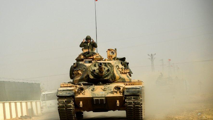 Un char syrien à 5 kms de la ville-frontière de Karkamis le 25 août 2016