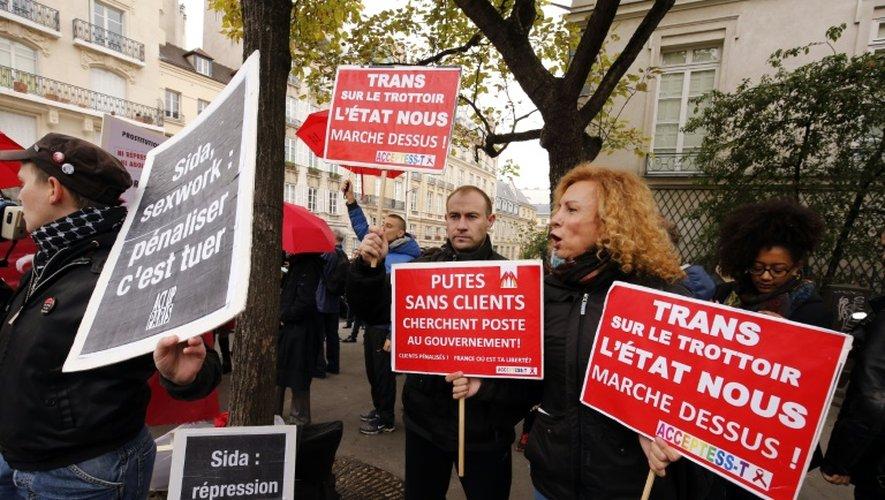Manifestation pour le rejet du texte sur la pénalisation des clients de la prostitution, le 14 octobre 2015 près du Sénat à Paris