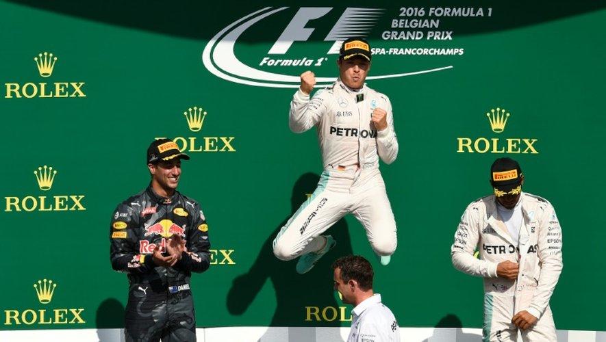 L'Allemand Nico Rosberg (Mercedes) saute de joie sur le podium après sa victoire au GP de Belgique sur le circuit de Spa-Francorchamps, le 27 août 2016