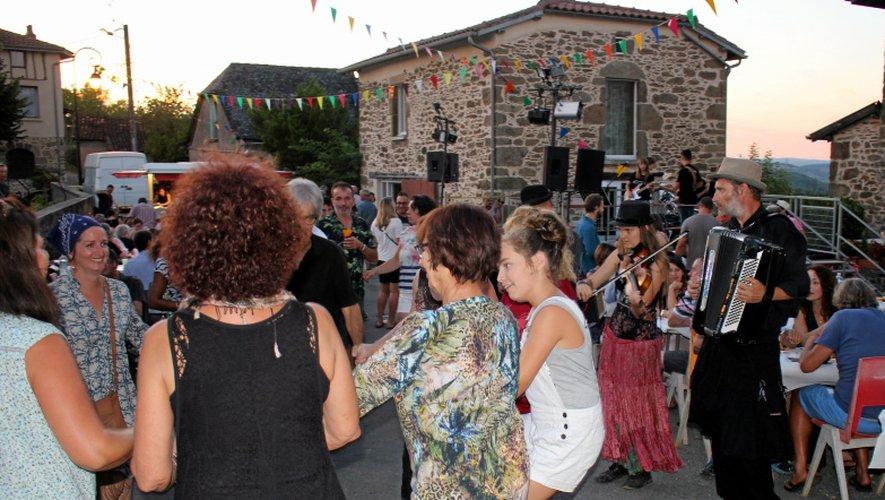 Le groupe Carabal Trio a entraîné les amateurs dans la danse.