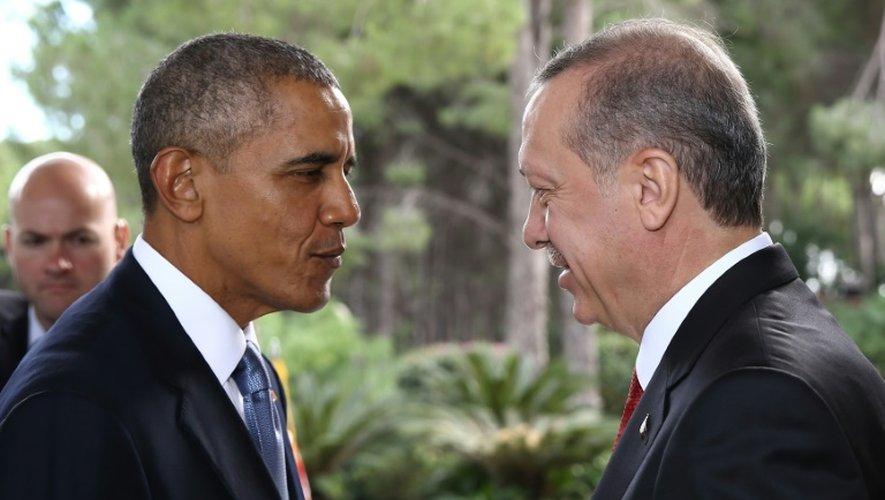 Le président turc Recep Tayyip Erdogan (D) accueille son homologue américain Barack Obama, le 15 novembre 2015 à Antalya