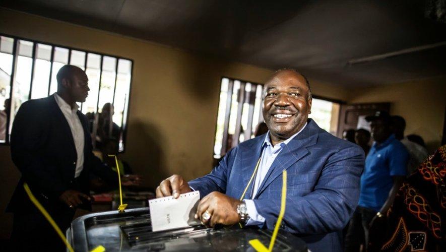 Le président gabonais sortant Ali Bongo Ondimba dépose son bulletin dans l'urne le 27 août 2016 à Libreville