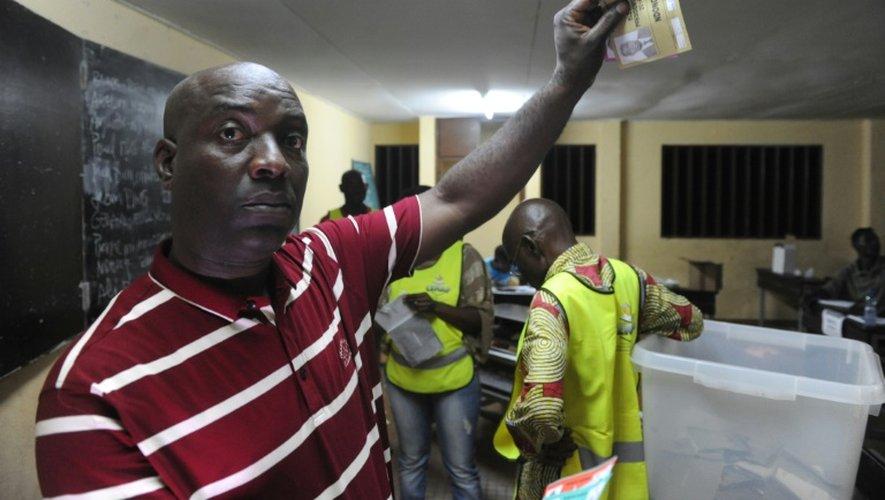 Un électeur gabonais avec son bulletin de vote le 27 août 2016 à Libreville