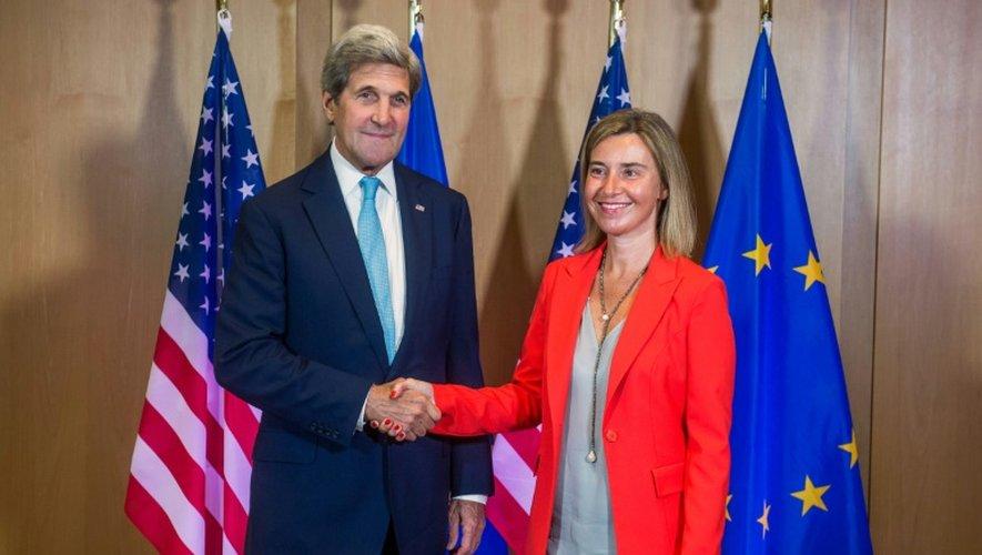 Le secrétaire d'Etat américain John Kerry est accueilli par la chef de la diplomatie européenne Federica Mogherini à Bruxelles, le 18 juillet 2016