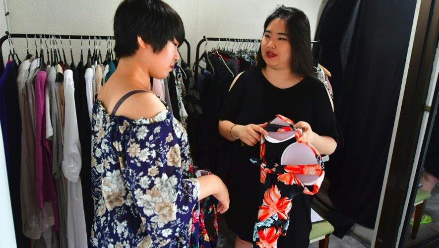 Vivian Geeyang Kim (D) et une cliente le 6 août 2016 dans sa boutique de vêtements à Seoul