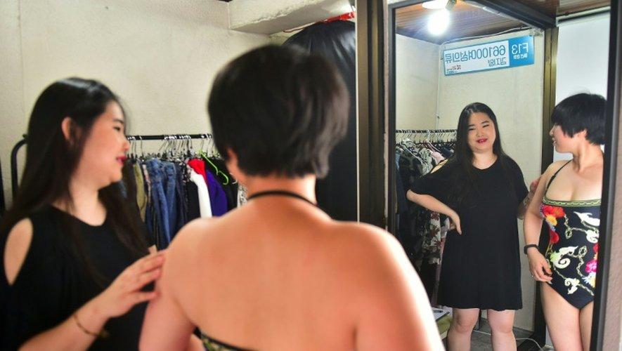 Vivian Geeyang Kim et une cliente le 6 août 2016 dans sa boutique de vêtements à Seoul