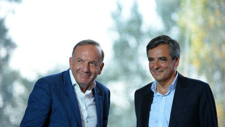 Le président du Medef Pierre Gattaz (G) avec l'ancien Premier ministre François Fillon (D), à Jouy-en-Josas le 30 août 2016