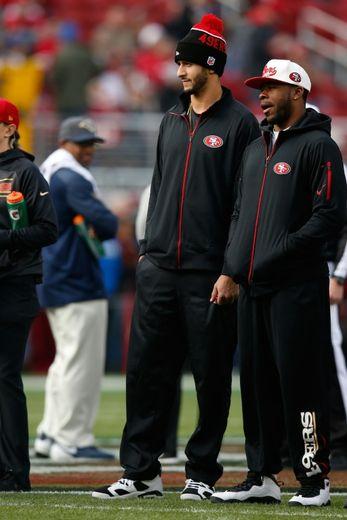 Colin Kaepernick (à gauche) lors du match des San Francisco 49ers face aux St. Louis Rams, le 3 janvier 2016 à Santa Clara