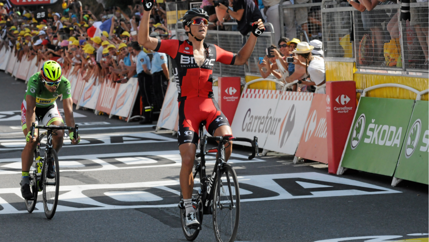 Le tout nouveau champion olympique Greg Van Avermaet franchit la ligne devant le médiatique Peter Sagan. Une image forte de l'arrivée du Tour-2015, le 17juillet à Bourran en haut de la côte Saint-Pierre.