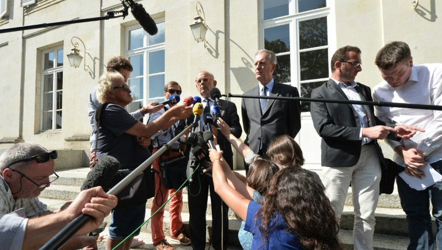 Le directeur de communication du groupe Lactalis, Michel Nalet (4èmeD), aux côtés du préfet de Mayenne Frédéric Veaux (3èmeD) et un représentant des producteurs de lait, Sébastien Amand (2èmeD) parlent aux journalistes à Mayenne, le 30 août 2016