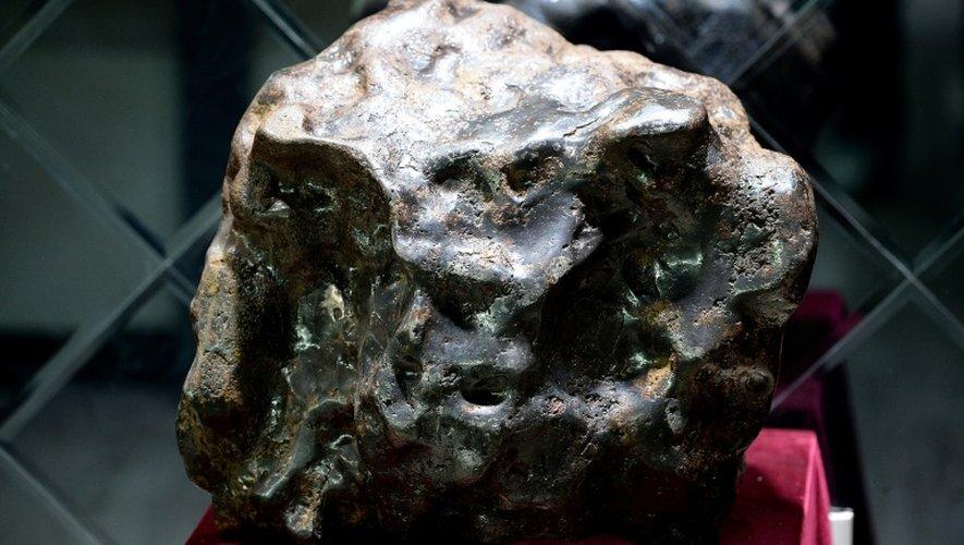 Une photo prise le 19 septembre 2014 à Urumqi montre une météorite retrouvée en Chine dans la région de Xingjiang