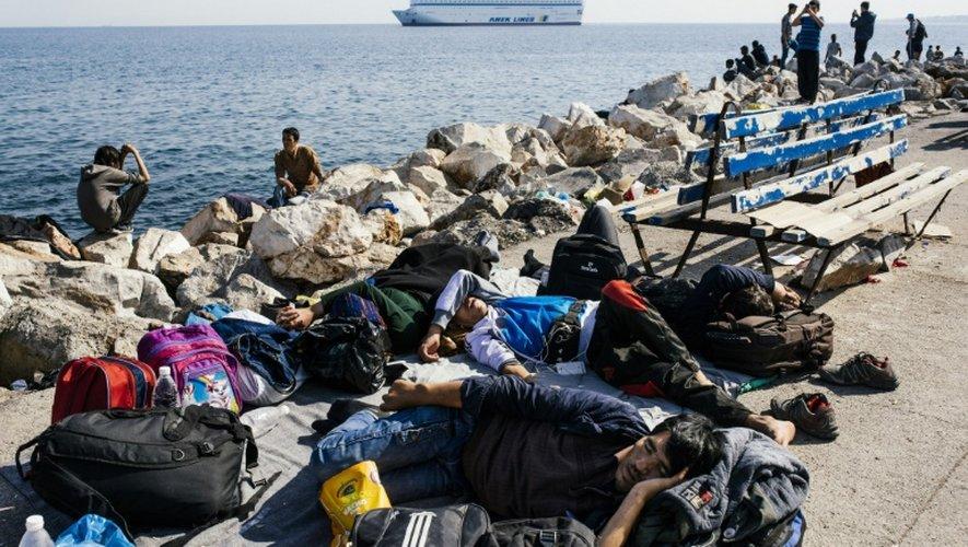 Repos pour les migrants au port de l'île de Lesbos où ils viennent d'arriver venant de Turquie, le 16 octobre 2015