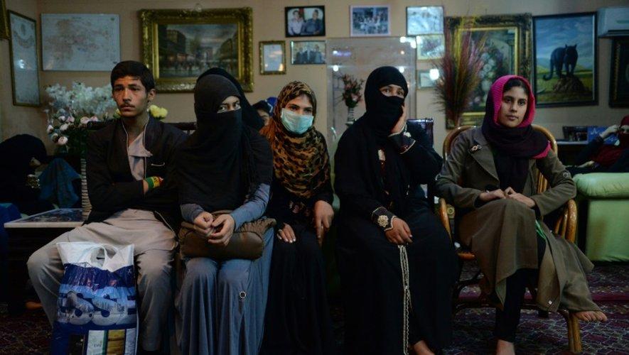 Une famille afghane de Kunduz qui a fuit pour Kaboul l'invasion des talibans, le 10 octobre dans un hôtel de la capitale