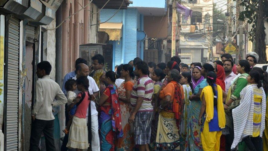 Des habitants se réunissent devant la maison d'une fillette indienne victime d'un viol, à New Delhi le 17 octobre 2015