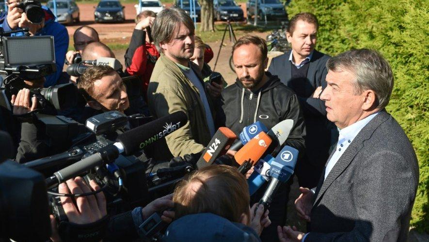 Le président de la DFB Wolfgang Niersbach réponds aux questions des médias à Leipzig, le 10 octobre 2015