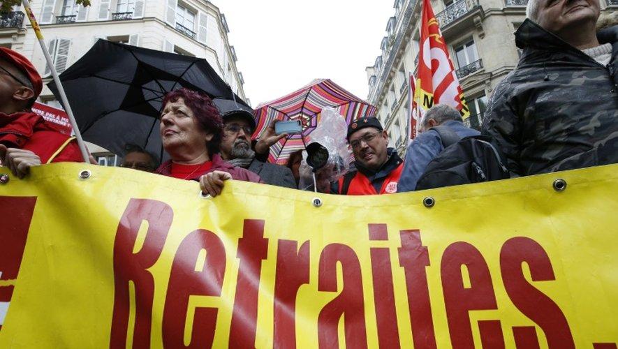 Des membres de la CGT manifestent devant le siège du Medef le 16 octobre 2015 à Paris