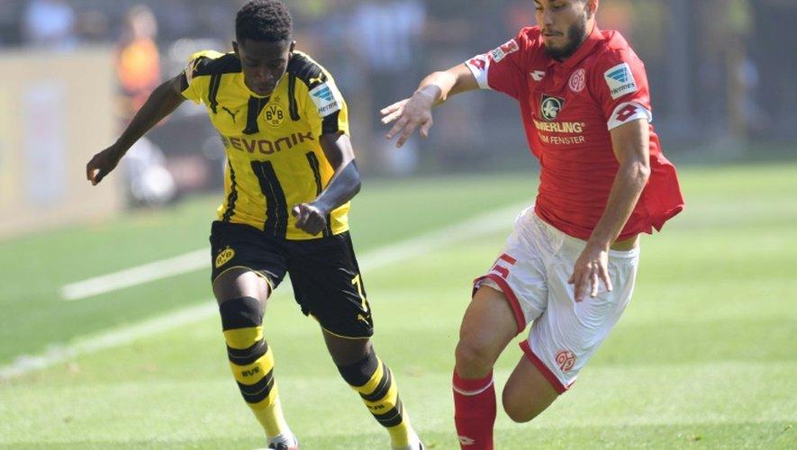 Le jeune espoir Ousmane Dembele prend de vitesse Suat Serdar de Mayence, le 27 août 2016 à Dortmund