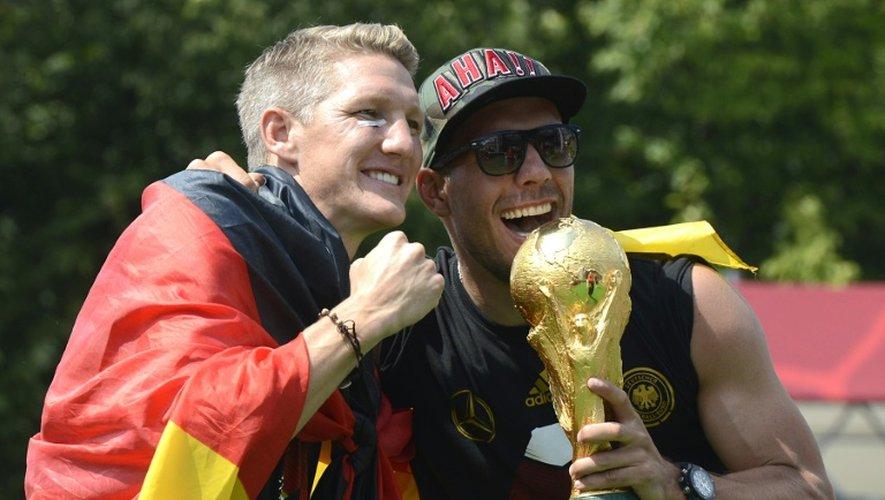 Schweinsteiger et Podolski, le 15 juillet 2014 à Berlin après la victoire de l'Allemagne lors du Mondial-2014