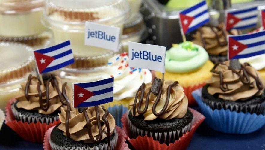 Des gâteaux décorés de drapeaux de Cuba lors d'une conférence de presse consacrée au lancement du premier vol commercial régulier Etats-Unis-Cuba depuis plus de 50 ans, le 31 août 2016 à Fort Lauderdale