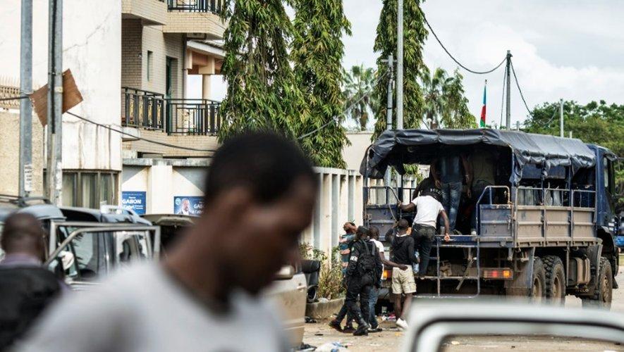 Des partisans de Jean Ping sont emmenés dans un camion par la police, devant le quartier général de l'opposant gabonais, le 1er septembre 2016 à Libreville