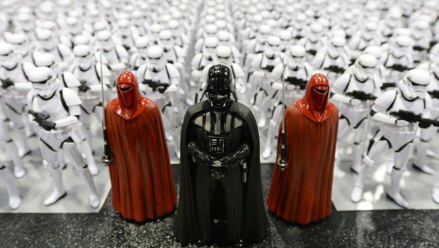 """La fièvre """"Star Wars"""" monte encore deux mois avant la sortie du nouvel opus de la saga intergalactique avec une ruée sur les préventes de billets qui a paralysé de nombreux sites internet et une ultime bande-annonce"""