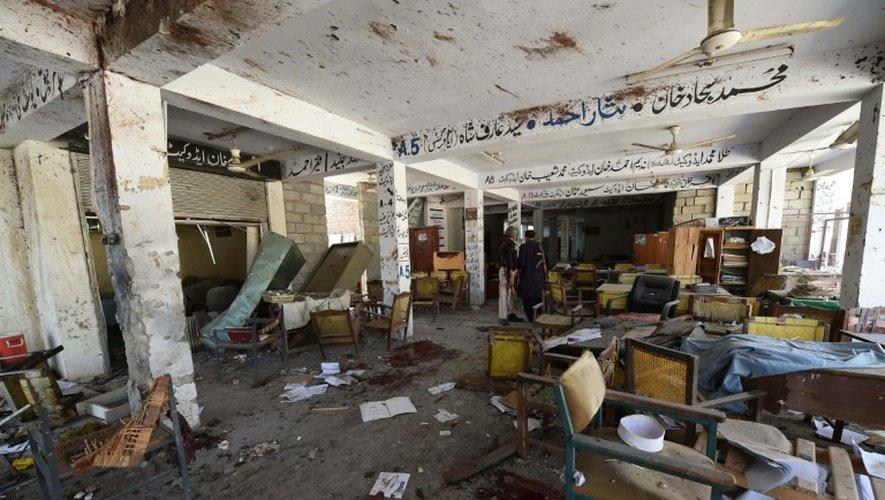 Des policiers pakistanais inspectent les lieux d'un attentat suicide, le 2 septembre 2016 dans un tribunal de Mardan