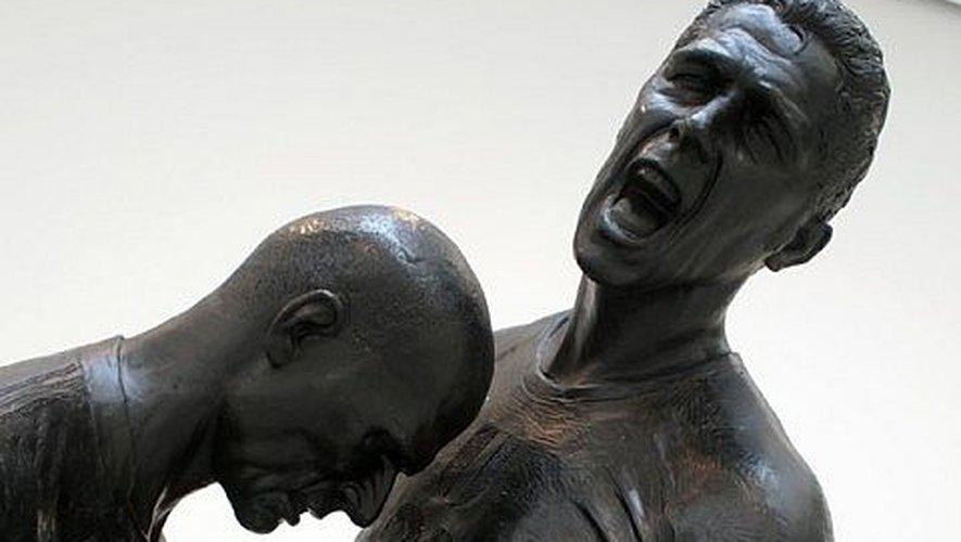 """Dans la catégorie """"coup de boule"""", les amateurs de football se souviennent de celui de Zinedine Zidane sur Marco Materazzi en finale de la Coupe du monde 2006, immortalisé par le sculpteur algérien Adel Abdessemed."""