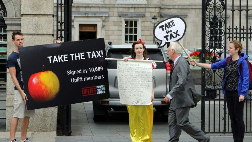 Déguisée en Blanche-Neige, une manifestante soutient le remboursement par Apple des avantages fiscaux, le 2 septembre 2016 devant le Parlement à Dublin