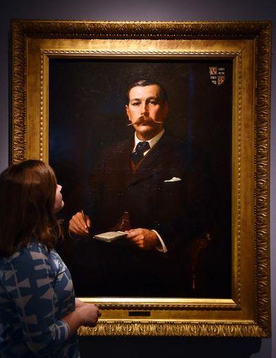 Une visiteuse regarde le tableau de Sir Arthur Conan Doyle par Sidney Paget à l'exposition Sherlock Holmes au Museum de Londres, le 16 octobre 2014