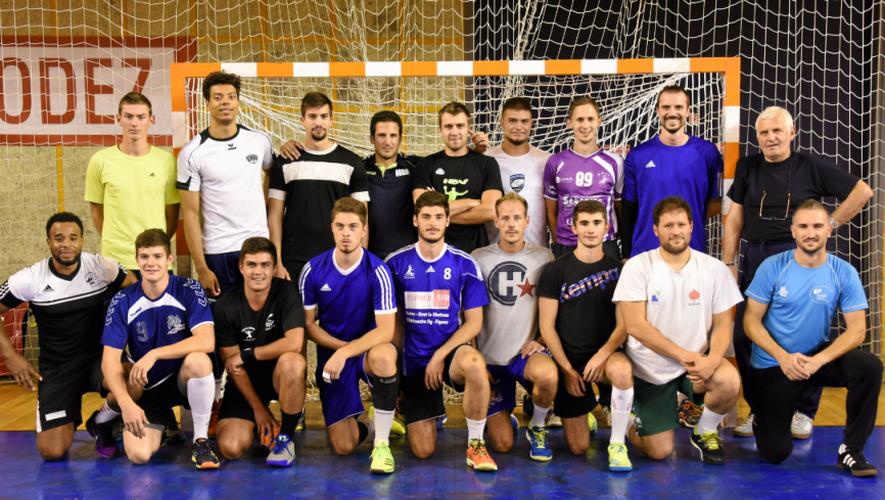 Si 17 joueurs figuraient  à l'entraînement mercredi, le coach Milenko Kojic (tout à droite) peut compter cette saison sur un effectif de 20 éléments, dont plusieurs sont issus des équipes de jeunes et un seul professionnel (Domen Pogacnik).