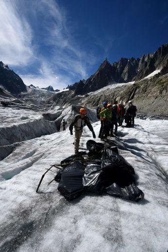 Collecte de déchets sur la Mer de Glace, à Mont-Blanc dans les Alpes françaises, le 2 septembre 2016