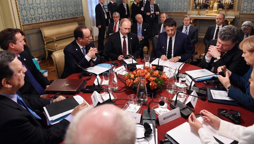 (g-d): le président de la Commission européenne, José Manuel Barroso, le Premier ministre britannique David Cameron, le président français François Hollande, le président russe Vladimir Poutine, le Premier ministre italien Matteo Renzi, le président ukranien Petro Porochenko et la Chancelière allemande Angela Merkel réunis à Milan, le 17 octobre 2014