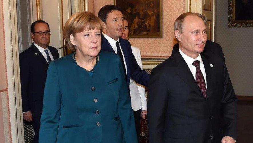 La Chancelière allemande Angela Merkel, le président russe Vladimir Poutine (d), le Premier ministre italien Matteo Renzi (c) et le président français François Hollande (g, arrière-plan), le 17 octobre 2014 à Milan