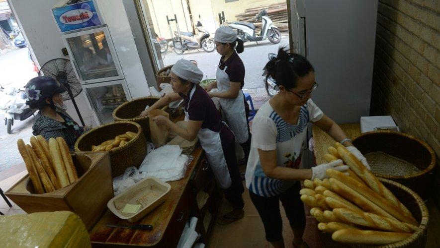 Vente de baguettes dans une boulangerie de Hanoï, le 30 août 2016