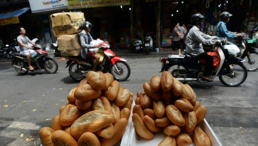 Des pains banh-mi vendus dans une rue de Hanoï, le 1er septembre 2016