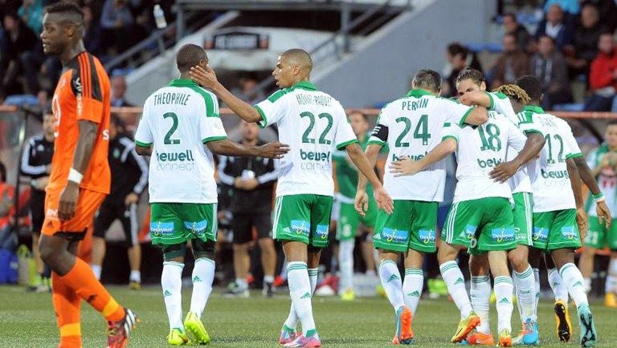 Les joueurs de Saint-Etienne se congratulent après le but de Fabien Lemoine sur la pelouse de Lorient, le 18 octobre 2014