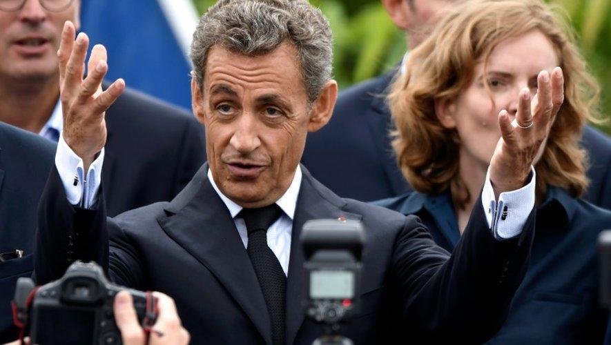 Nicolas Sarkozy et Nathalie Kosciusko-Morizet (en arrière-plan, à droite), le 4 septembre 2016 à La Baule