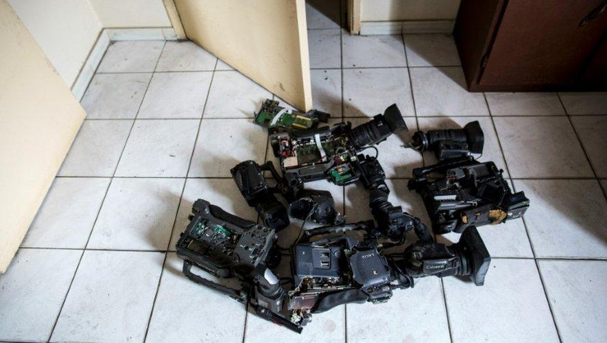Des caméras endommagées dans les locaux de Radio-Télévision Nazareth (RTN), le 4 septembre 2016 à Libreville